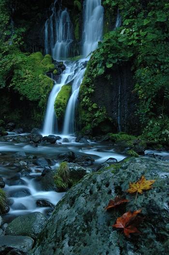 紅葉と吐竜の滝
